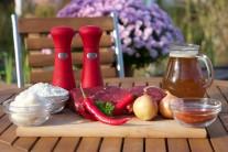 Na hovězí guláš si připravíme pěkné přední hovězí z mladého kusu, maso se vyplatí kupovat u osvědčeného prodejce nejlépe přímo od chovatele. Tak máme zaručeno, že bude maso vynikající kvality. Dále potřebujeme cibuli, sůl, pepř, sladkou a pálivou papriku, vývar, sádlo, hladkou mouku a zelené tenkostěnné papriky.