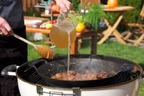 Směs masa a základu v pánvi zalijeme dostatečným množstvím vývaru. Nejlepší je samozřejmě  doma uvařený z kostí.