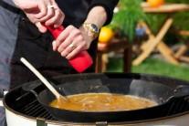 Ochutnáme a ještě můžeme dokořenit solí a pepřem. Za občasného míchání ponecháme pod víkem grilu dusit po dobu 40 minut.