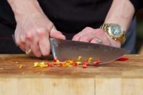 Pro milovníky ostrých pokrmů lze přidat do guláše jednu až dvě barevné feferonky.