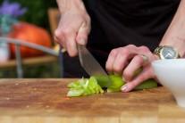 Zelené tenkostěnné papriky rozkrojíme, zbavíme jadérek a nakrájíme ostrým nožem na tenké proužky.