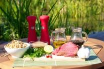 K přípravě hovězího saté budeme potřebovat steak z hovězího boku, rostlinný olej, sůl, pepř, česnek, chili paprčiky, koriandr, hnědý cukr,