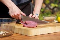 Steak z hovězího boku nakrájíme na malé nudličky.