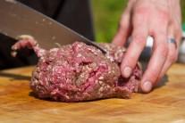Nejdříve si mleté maso rozporcujeme. Gramáž jednotlivých burgerů je každého věc, ale slavný
