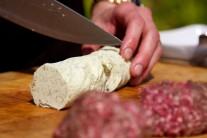 Jestliže máme maso rozdělené na jednotlivé hamburgery, naporcujeme si také bylinkové máslo.