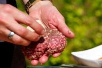Do každého hamburgeru vmáčkneme kousek bylinkového másla a maso opět uplácáme do malého bochánku.