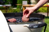 Hamburgery klademe na rozpálený rošt a grilujeme přímou metodou z každé strany cca 5-7 minut.