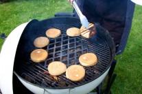Aby byl hamburger opravdu dokonalý, dáme na gril rozpéct také housky, které předtím můžeme potřít máslem.