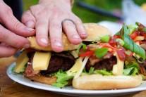 Hamburger přiklopíme druhou půlkou housky, pořádně zmáčkneme a můžeme servírovat.