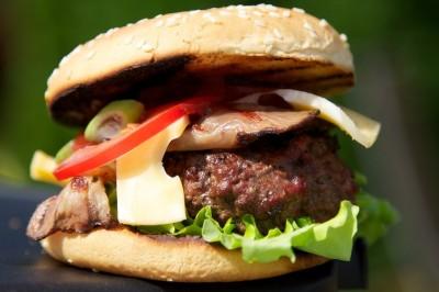 Hamburger s bylinkovým máslem
