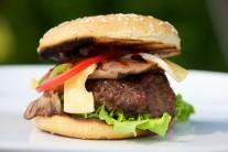 Tradiční přílohou k hamburgeru jsou hranolky. Můžeme ale použít i americké brambory, krokety, nebo třeba nějaký salátek.