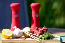 Na tradiční turecké jídlo budeme potřebovat mleté hovězí maso, čerstvé bylinky, 2 jarní cibulky, česnek, kmín, čerstvě namletý pepř, muškátový oříše a samozřejmě špejle, aby bylo keban na co napíchnout.