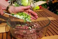 V dostatečně velké míse smícháme maso s bylinkama a jarní cibulkou.