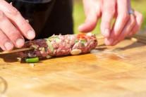 Nyní si z naší směsi na kebab vytvoříme malé válečky.