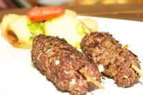 Kebab podáváme s arabským chlebem, zeleninou, ale klidně i s českým pečivem.