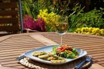 Podáváme jako samostatný pokrm se salátem z čerstvé zeleniny. Nebo můžeme použít jako přílohu k masitým jídlům. Výborné jsou jako chuťovka k vínu či pivu.