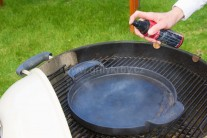 Při roztápění kotlového grilu na dřevěné uhlí, v našem případě Weber One-Touch Preminum 57  jsme použili k rozpálení dlouhohořících briket zapalovací komín. Litinovou BBQ pánev jsme ošetřili Weber olejem.