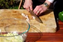 Nakrájenou anglickou slaninu můžeme předem orestovat na pánvi s minimálním množstvím tuku. Vynikne tak více její aroma a bude v placičkách křupavější.