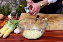 Nahrubo strouhanou cuketu osolíme a opepříme. Necháme stát 10 minut a přebytečnou tekutinu slijeme. Do mísy přilijeme mléko, přidáme vejce, podle chuti majoránku a nezapomeneme na česnek. Anglickou slaninu nakrájíme na malé kostičky a vše důkladně promícháme, aby se suroviny pěkně propojily.