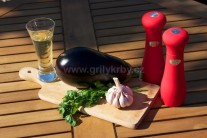 Před započetím grilování si připravíme souměrný větší lilek, šunku, vejce, strouhanku, mléko, sůl, pepř, nastrouhaný sýr. Zeleninu důkladně omyjeme a osušíme. V případě, že nemáme šunku lze použít aromatičtější anglickou slaninu.