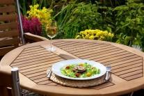 Grilovaný lilek servírujeme teplý jako lehkou letní večeri. Můžeme doplnit oblíbeným dresinkem či jen zakysanou smetanou ochucenou solí, pepřem a čerstvými bylinkami.