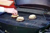 Velká plocha grilu Weber Q 320  umožňuje přípravu pokrmu pro větší počet strávníků. Lilky necháme propékat přibližně 10 - 12minut. Hotové posypeme strouhaným sýrem a servírujeme teplé.