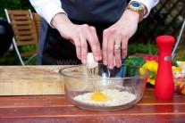 K přípravě náplně si připravíme šunku, vejce , strouhanku, mléko, sůl, pepř .Do velké mísy vsypeme strouhanku, přidáme vejce, přilijeme mléko, nakrájenou šunku, kterou můžeme nahradit též anglickou slaninou. Dochutíme solí a pepřem. Vymícháme středně tuhou náplň.