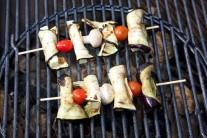 Hotové špízy  jsme grilovali přímo ve středu grilu na dřevěné uhlí Weber One-Touch Premium57. Grilovací rošt jsme během grilování ošetřovali Weber BBQ olejem - spray na proomazání roštů ze slunečnicového oleje.