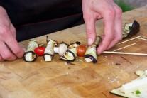 Při přípravě špízů můžeme přidat i čerstvé žampiony či jiné houby. Chutná je též grilovaná cibule.