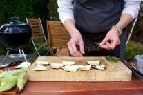 Hotové plátky vyjmeme z grilu a rozložíme na prkénko nebo jinou vhodnou rovnou podložku. Na každý lilek položíme dílek sýru a jeden lístek čerstvé šalvěje.