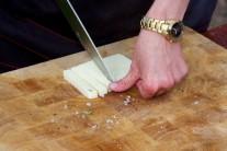 Tvrdý tvarohový sýr, nejlépe kozí nakrájíme na úhledné dílky.  Na každý díl lilku jeden díl sýru.