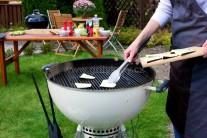 Lilek opatrně vkládáme na grilovací rošt grilu, v našem případě jsme použili gril na dřevěné uhlí Weber One-touch Premium 57.