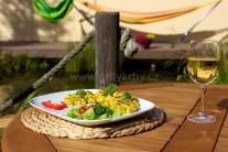 Kukuřičné plaičky podáváme s čerstvou zeleninou.