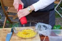 Zrnka kukuřice vsypeme do přiměřeně velké mísy, přidáme vejce a osolíme. Též přilijeme mléko a promícháme.