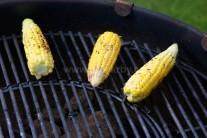 Kukuřičné klasy klademe na středně rozpálený gril.