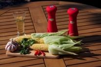 Na grilovanou kukuřici si připravíme kukuřici, olej, prolisovaný česnek, hladkolistou petržel, sůl a pepř.