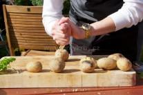 Grilované měkké brambory vyjmeme z grilu, přeložíme na talíř, kde je lehce dlaní nebo nožem