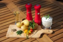 Do malé misky dáme zakysanou smetanu, podle chuti osolíme a opepříme, dochutíme sekanými zelenými bylinkami a česnekem. Všechny suroviny utřeme do hladké omáčky.