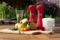 Na grilované brambory si připravíme menší brambory, máslo, sekané zelené čerstvé bylinky, sůl, pepř a zakysanou smetanu.