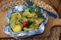 Grilované brambory servírujeme tak, že alobalové balíčky pouze rozbalíme, upravíme do podoby mističky, dozdobíme čerstvou petrželkou a rajčaty. Podáváme teplé jako lehkou večeři či jako přílohu ke grilovanému masu.
