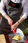 Plátky brambor naskládáme na střed alobalu, poklademe půlměsíčky cibule, osolíme a opepříme. Na jemném struhadle nastrouháme kůru z bio citronu. Brambory posypeme počítáme půl lžičky na osobu.