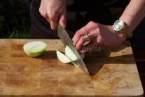 Větší cibuli nakrájíme na úhledné půlměsíčky. Na jednu osobu počítejme s polovinou cibule. Pečená cibule brambory pěkně provoní.