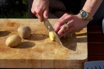 Brambory nakrájíme na stejně silné plátky, na osobu budeme potřebkovat 2 - 3 kusy. Dbáme na stejnou velikost dílků brambor, při grilování se budou stejně propékat. Nestane se nám, že by jeden byl tvrdý a jeden přepečený.
