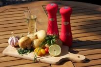 K přípravě voňavých brambor na grilu si připravíme omyté střední brambory, které nakrájíme na plátky. Dále potřebujeme červenou cibuli, česnek, špetku citrónové kůry, sůl, pepř a olej. Ještě potřebujeme alobalové čtverce z alobalu vhodného na grilování.