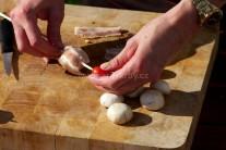 Připravíme si kovové jehly nebo špejle a můžeme začít s přípravou špízu. Napichujeme střídavě hlavičku žampionu obalenou v plátku anglické slaniny a cherry rajčátko. Takto postupujeme, dokud nemáme jehlu nebo špejli plnou.