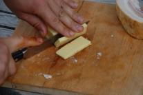 Nakrájíme si tvrdý sýr, například eidam, ale i ementál nebo chedar.