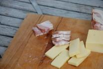Sýr a slanina budou tvořit nápľň grilovaných brambor.