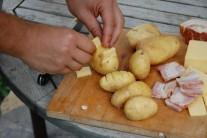Tímto způsobem plníme všechny brambory.