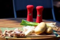 Na brambory pečené v kouři budeme potřebova 4 stejně velké brambory, slaninu, máslo, zakysanou smetanu, jarní cibulky, sůl a pepř.