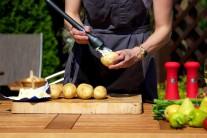Brambory omyjeme, na několika místech je propíchneme do hloubky půl centimetru. Poté brambory potřeme rozpuštěným máslem.